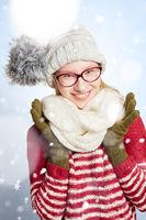 Frau mit Brille im Winter im Schnee