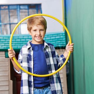 Junge mit Reifen beim Kindersport
