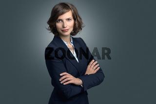 Attraktive Geschäftsfrau mit lockigem braunen Haar