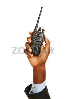 Afrikanische Hand hält Funkgerät