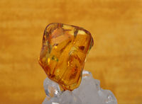 Bernstein auf Bergkristall - Amber on rock crystal