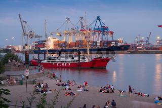 Elbstrand mit Containerterminal