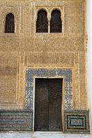 Typisch arabische Tür und maurische Arabesken in der Stadtburg Alhambra