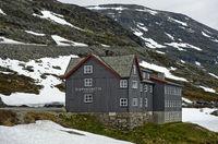 Djupvasshytta Hotel mit Schneefeldern bei Geiranger