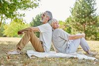 Paar Senioren macht eine Pause in der Natur