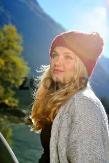 Junge Frau mit roter Mütze