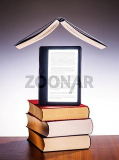 Gedruckter Bücher und ein E-Book