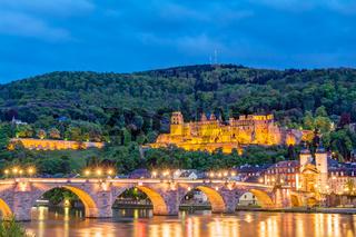 Schloss Heidelberg und Alte Brücke über den Neckar zur blauen Stunde