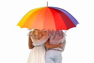 Liebespaar unter einem bunten Regenschirm
