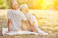 Lachendes Paar Senioren im Sommer im Garten
