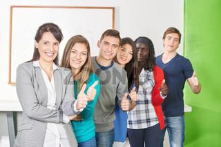 Multikulturelles Team hält Daumen hoch