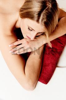 Junge Frau liegt auf einem Nassmassagetisch
