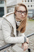 Frau mit langen blonden Haaren im Wind