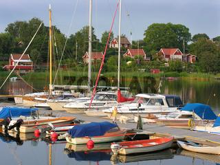 Bootssteg und Holzhäuser bei Karlskrona, Schweden