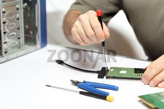 Arbeiter repariert Computer