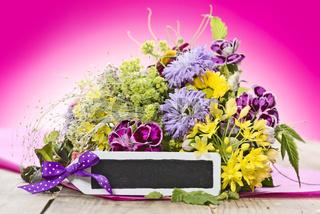 Blumenstrauss mit schwarzem Schild