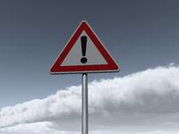 verkehrszeichen gefahrenstelle vor wolkenhimmel - 3d illustration