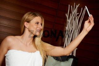 Junge Frau macht im Spa ein Selfie