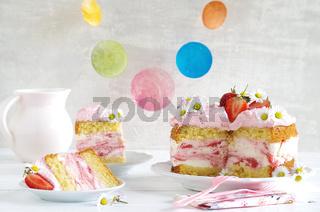 Erdbeertorte mit Frischkäsecreme und Sahne
