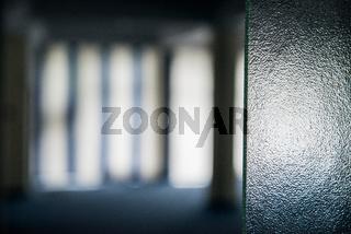 Glastür in der Alten Thermalsoletherme in Bad Soden