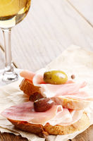Open jamon sandwiches with white wine