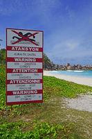 Schild mit Warnhinweisen in unterscheidlichen Sprachen auf Ström