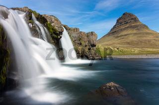 Der Kirkjufellsfoss mit Mount Kirkjufell