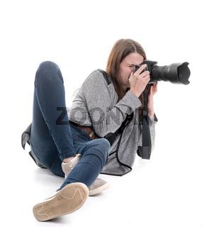 junge fotografin mit kamera auf dem boden