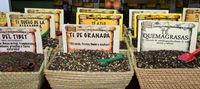 Körbe mit verschiedenen Sorten Tee auf dem Markt von Granada