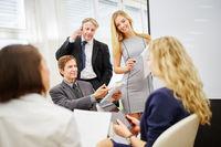 Business Team diskutiert Strategie