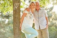 Senioren Paar umarmt sich unter einem Baum