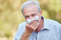 Alter Mann hat eine Grippe
