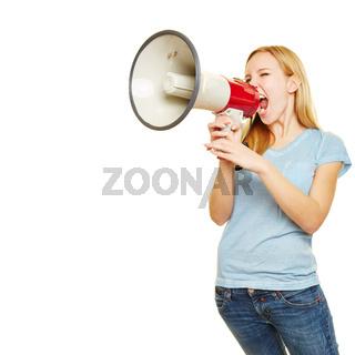 Junge Frau ruft mit Megafon