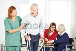 Altenpfleger mit Senioren im Pflegeheim