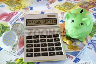 Die Wörter Energie sparen auf Display von Taschenrechner