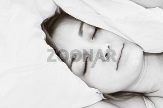Junge Frau im Bett