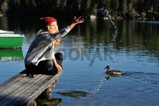 Junge Frau spritzt Wasser