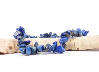 Lapislazuli Splitterkette auf Holz - Splintered lapis lazuli chain on wood