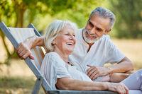 Lachendes Senioren Paar im Sommer