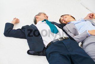 Business Paar liegt auf Bett im Schlafzimmer