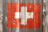 schweizer flagge auf alter holzwand