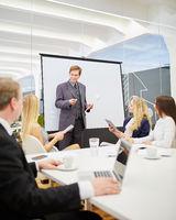 Berater im Business Meeting bei Präsentation