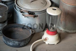 Töpfe und Mixer  aus den Fünfziger Jahren auf einem Dachboden