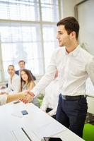 Geschäftsleute schütteln Hände zur Begrüßung