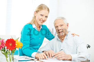 Enkelin und Opa lösen Kreuzworträtsel