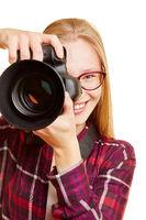 Frau mit Kamera als Fotografin