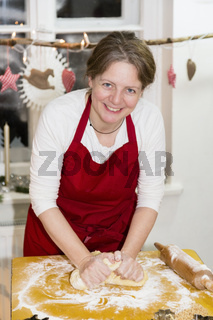 Frau backt Plätzchen, woman is baking cookie