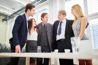 Team Geschäftsleute mit Chef ist stolz