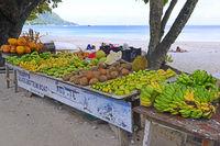 typischer Stand mit frischem Obst am Strand, Insel Mahe, Westküs