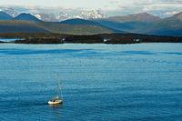 Einsames Boot auf dem Moldefjord bei Molde